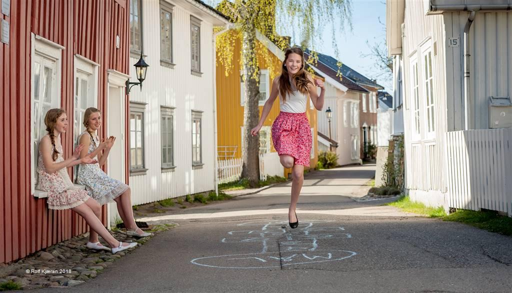 Rolf Kjæran – Girls Hopchotching – Open Colour