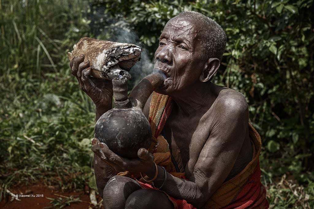 Xiaomei Xu – Smoking Tribe Woman – Photo Travel